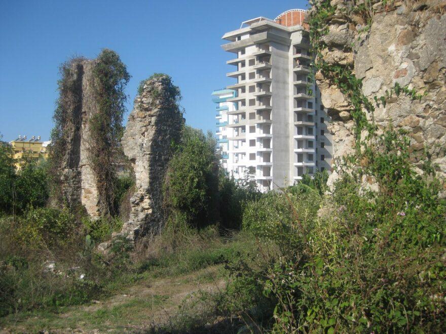 Развалины древнего города Наула среди новостроек Махмутлар