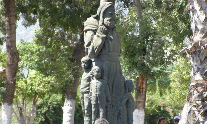 Памятник Николаю Чудотворцу в Демре. Турция