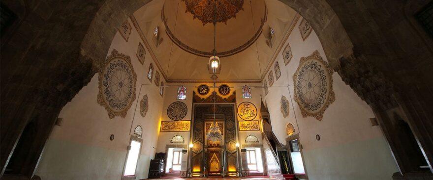 Интерьер мечети Баязида Молниеносного